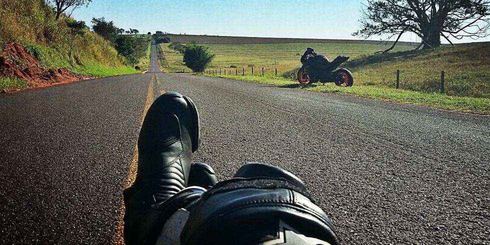 deitado na estrada